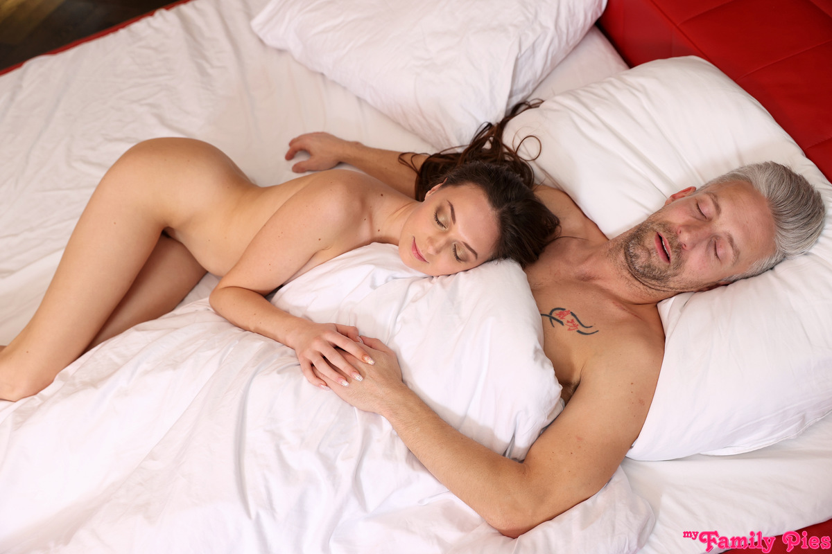 MyFamilyPies.com - Isabella De Laa: Step Dad Steps In - S18:E1